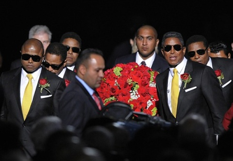 michael_jackson_death_funeral_staples_center_10