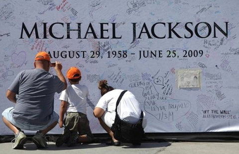 michael_jackson_death_funeral_staples_center_6
